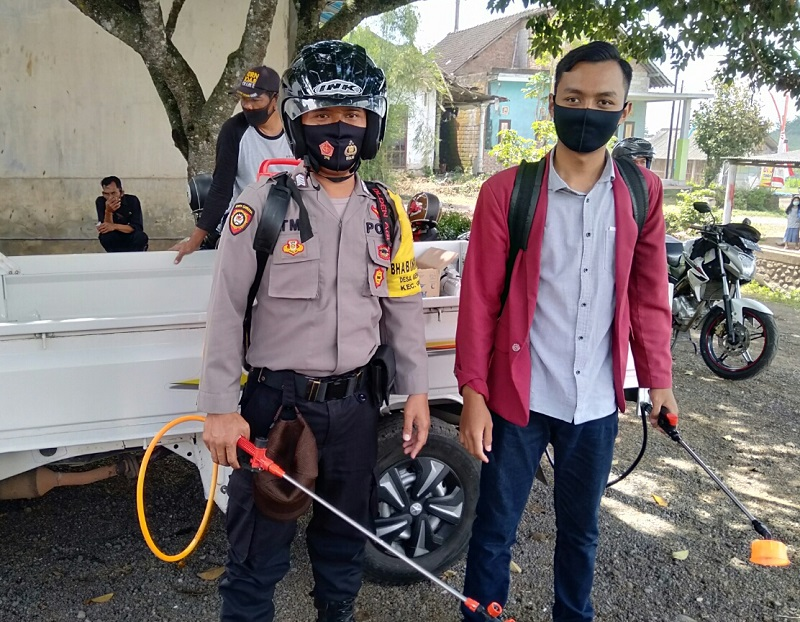 Mahasiswa UMM melakukan penyemprotan disinfektan dan menyebar masker di Desa Genteng Wetan Banyuwangi, Selasa (18/8/20).
