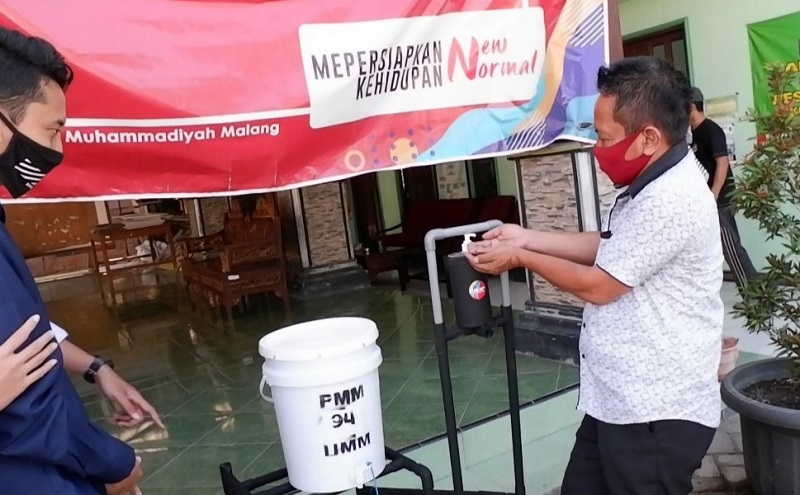 Pencuci tangan bertuas mahasiswa UMM yang mengikuti PMM kelompok 94 di Desa Sumbertanggul Kecamatan Mojosari Kabupaten Mojokerto, Jumat (14/8/20).