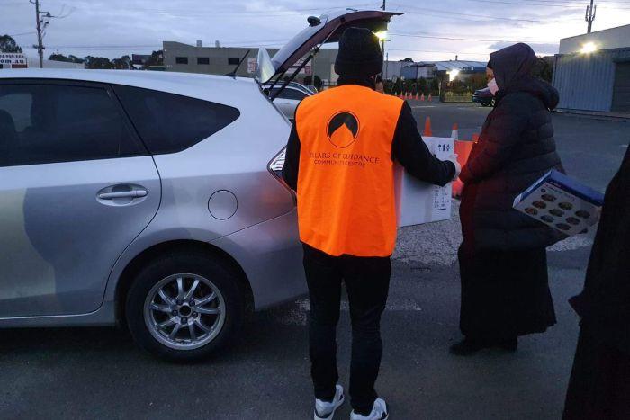 Relawan PCGG menyerahkan bingkisan kepada penerima saat perayaan Idul Adha di Masjid al Miraaj, Melbourne. (abcnews)