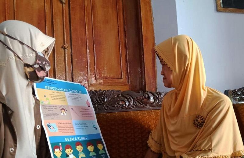 Edukasi lansia, Mahasiswa Universitas Muhammadiyah Malang (UMM) mendatangi rumah masyarakat dengan menggunakan poster pencegahan Covid-19.