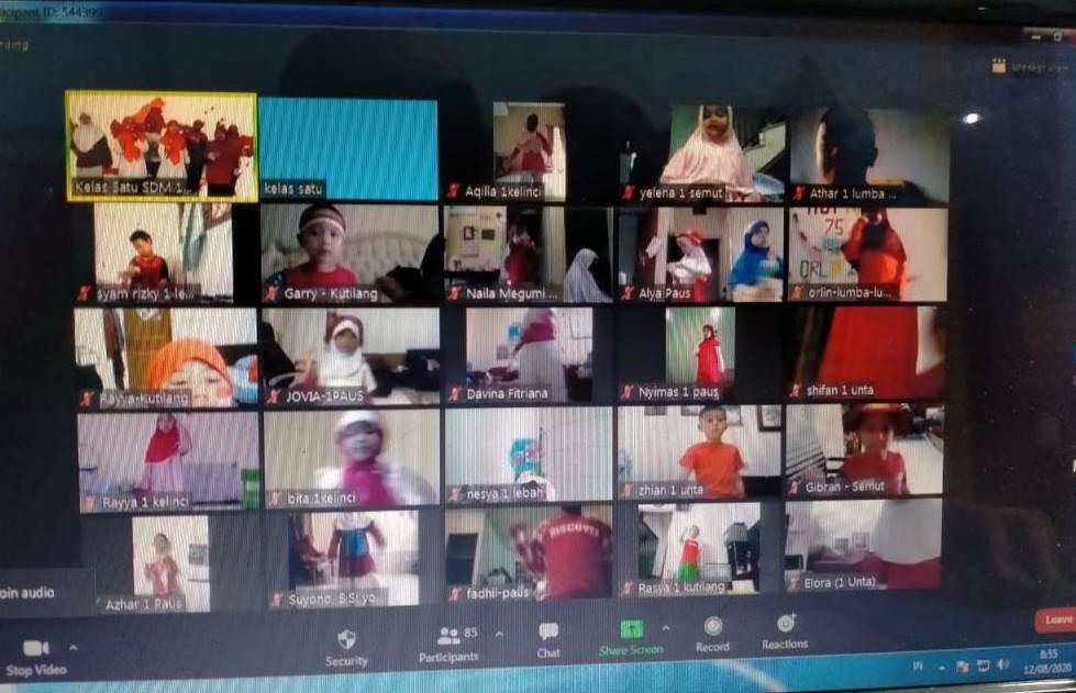 Sekolah Kreatif gelar lomba 17-an virtual. Kegiatan yang dihelat untuk memperingati HUT Kemerdekaan RI ke-75 itu diikuti para siswa dari kelas I-VI.