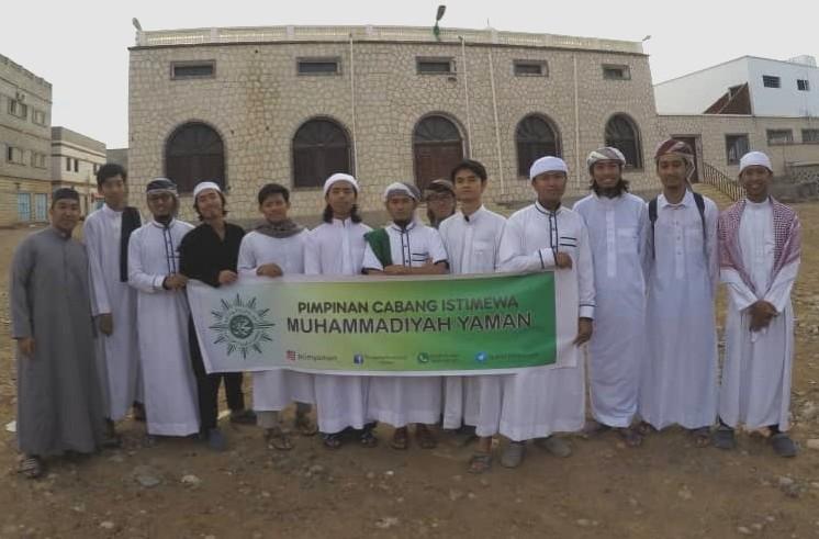 Mahasiswa anggota PCIM Yaman usai shalat Id dan tradisi Tasyabbuh bil Arafah di Mukalla. (Hamzah/PWMU.CO)