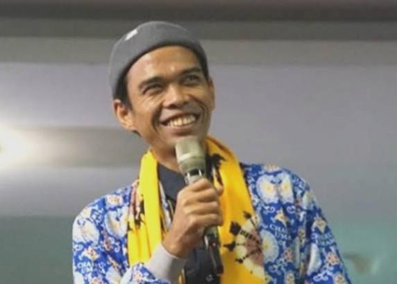 Ustad Abdul Somad dan Bu Tejo kolom oleh Dhimam Abror Djuraid, wartawan senior tinggal di Surabaya.