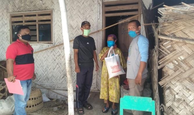 Bagi sembako, masker dan hand sanitizer di pinggiran desa. Hal itu dilakukan oleh PCPM Tempeh Kabupaten Lumajang, Ahad (27/9/20)