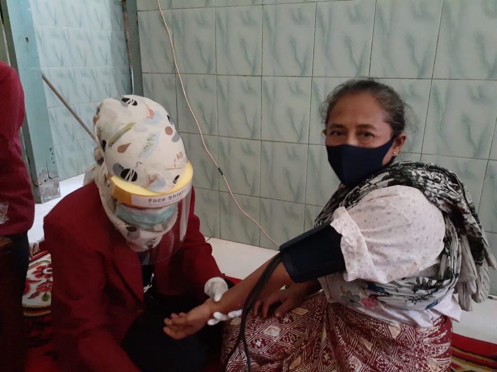 Mahasiswa PMM UMM lakukan pemeriksaan kesehatan secara gratis (Nina Amelia Lestari/PWMU.CO)