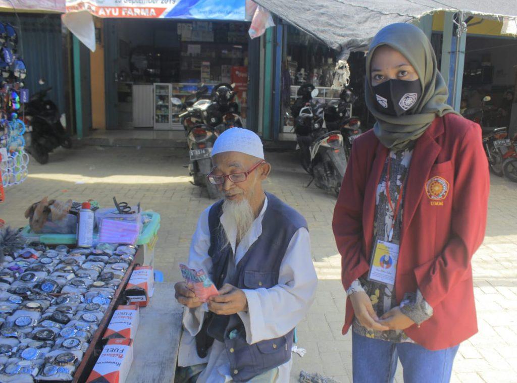 Mahasiswa PMM UMM berbagi masker kepada pedagang di Pasar Banjarwati, Paciran, Lamongan demi cegah Covid-19 (Ifadatun Ni'mah/PWMU.CO)