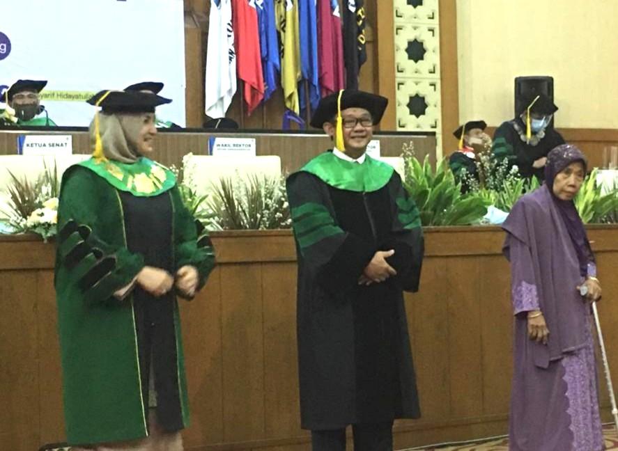 Prof Genteng Kaca, sukses berkat doa ibu. Adalah kisah tentang cita-cita Abdul Mu'ti---seorang anak desa yang meminta restu ibunya untuk melanjutkan kuliah.