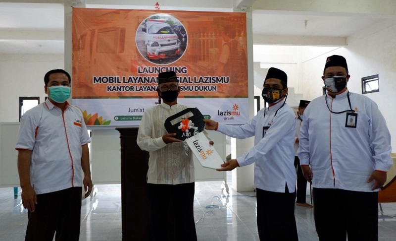 Lazismu Dukun Gresik nganyari mobil layanan setelah acara launching Mobil Layanan Sosial Lazismu, Jumat (04/09/20).