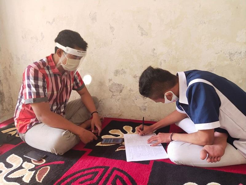 Susah sinyal, guru SMA Muhammadiyah 8 Gresik melakukan pembelajaran luar jaringan (luring) ke rumah siswa dengan tetap mematuhi protokol kesehatan