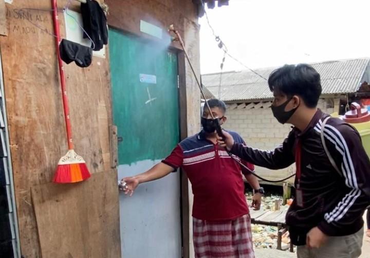 Semprot disinfektan kreasi sendiri di Batam. Mahasiswa UMM melakukannya di Kelurahan Tanjung Uma Kecamatan Lubuk Baja Kota Batam (6/9/2020).