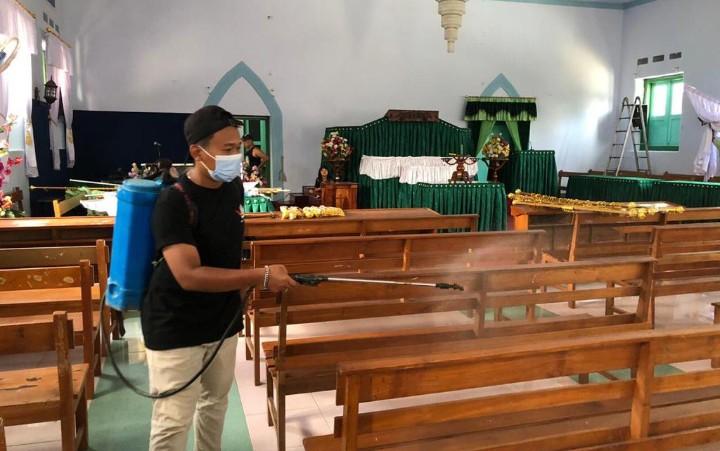 Semprot disinfektan masjid dan gereja. Mahasiswa UMM melakukannya di Desa Tempursari Kecamatan Tempursari Kabupaten Lumajang, Selasa (15/9/2020).