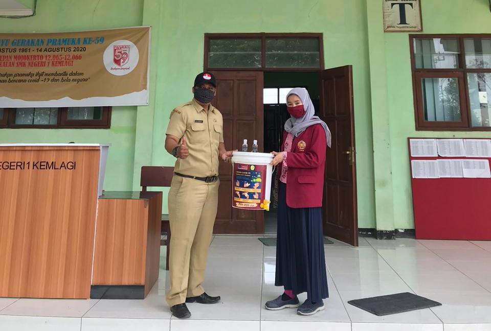 Sulap kaleng bekas jadi wastafel, kegiatan mahasiswa PMM UMM Kelompok 22 periode 7 di Desa Mojogebang, Kabupaten Mojokerto, Sabtu (19/9/20).