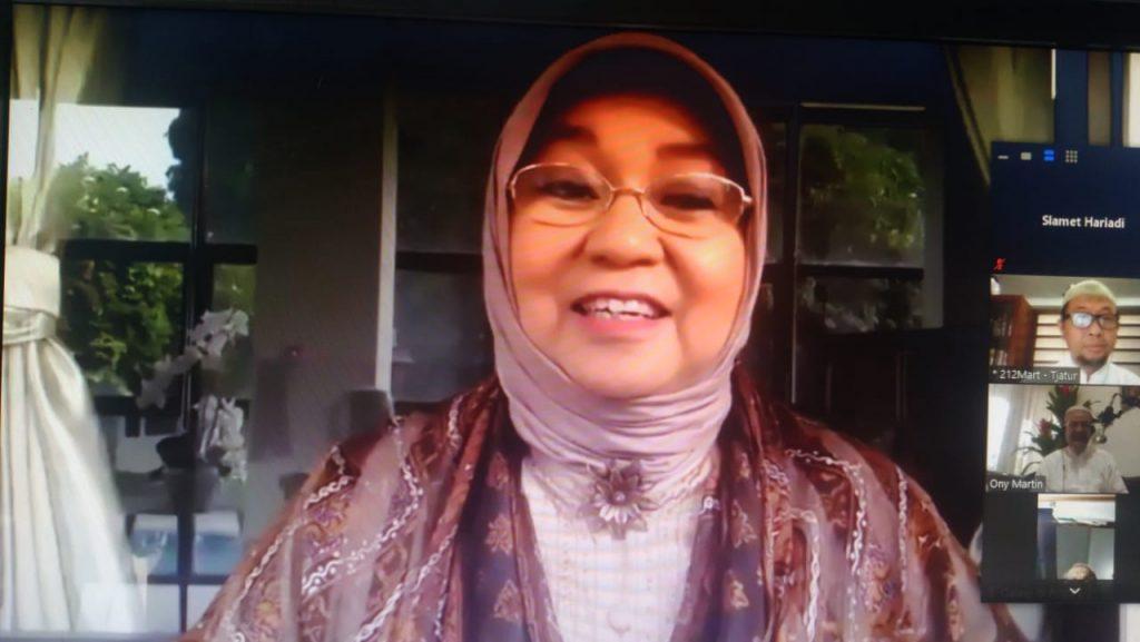 DR (HC) Dra Nurhayati Subakat Apt Founder dan Komisaris utama Wardah menjelaskan lima karakter kunci kesuksesan bisnis (Tangkapan Layar Zoom Slamet Hariadi/PWMU.CO)