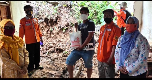 Longsor Kaliuling, Lazismu dan MDMC kirim bantuan. Bencana longsor terjadi di Desa Kaliuling Kecamatan Tempursari Lumajang, Rabu (30/9/20).