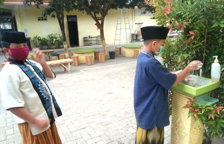 Mahasiswa UMM ajari santri panti cuci tangan. Hal itu dilakukan di Lembaga Kesejahteraan Sosial Anak (LKSA) Yatim dan Dhuafa Al-Hikmah.