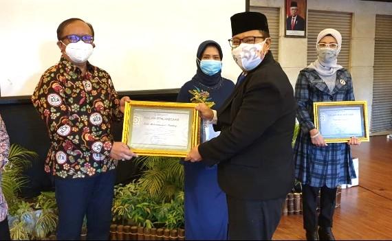 RSUM Bandung Tulungagung raih penghargaan BPJS Kesehatan. Penghargaan diserahkan di Crown Victoria Hotel Tulungagung, Rabu (14/10/2020).