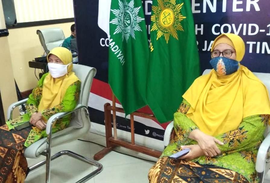 Ketua PWA Jatim Siti Dalilah Candrawati (kanan) bersama Sekretaris PWA Jatim Nelly Asnifati mengikuti Musypimda II PDA Jember secara virtual dengan tetap menerapkan Gerakan Aisyiyah Bermasker (Humaiyah/PWMU.CO)
