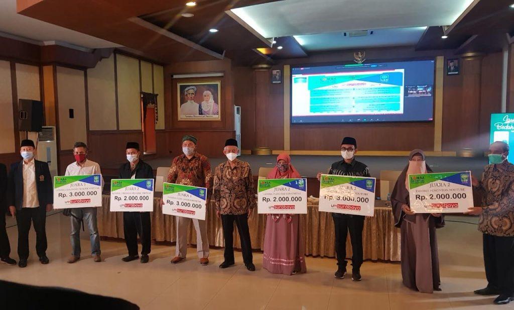 Penyerahan hadiah pemenang Lomba Dai Virtual oleh Ketua PWM Jatim saat peringatan Milad Muhammadiyah Ke-108 (Nely Izzatul/PWMU.CO)