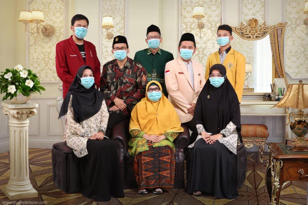 Keberhasilan Sri Herawati, Ketua PDA Kota Malang bersama keluarganya terpilih menjadi Juara 1 gerakan bermasker keluarga Aisyiyah (Dok.Keluarga/PWMU.CO)