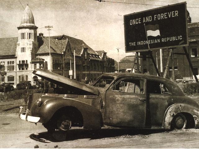 Pertempuran dua hari, mobil Mallaby terbakar.