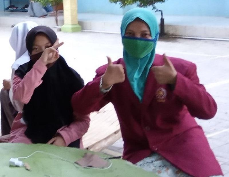 Mahasiswa Universitas Muhammadiyah Malang (UMM) mengajari santri Panti Al-Hikmah untuk membuat masker, Selasa (17/11/20).