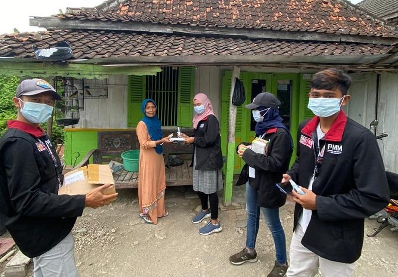 Mahasiswa UMM PMM kelompok 28 mengedukasi Covid-19 ke warga masyarakat Desa Turi Banjaran Lamongan, Ahad (18/10/20).