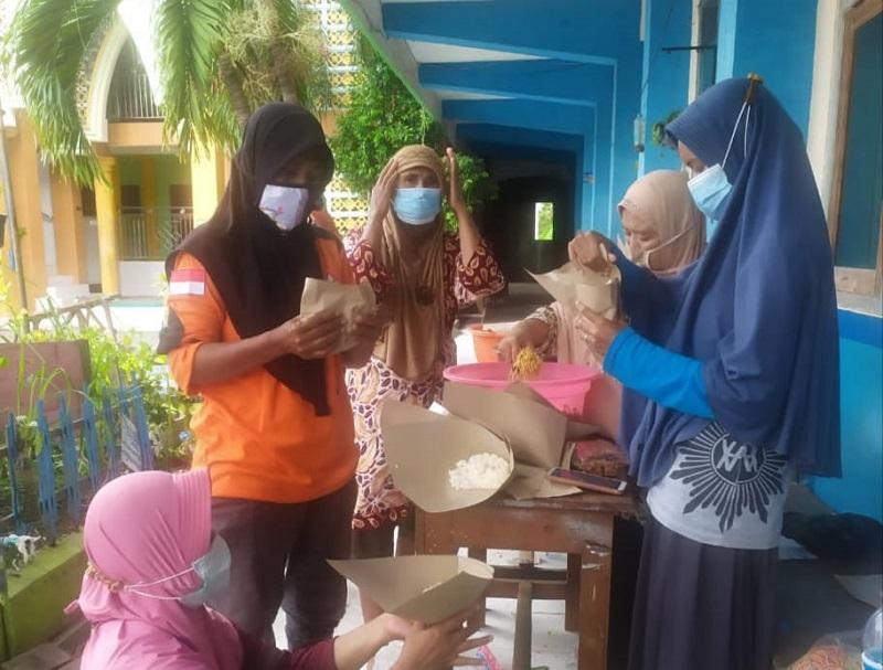 Lazismu dan AMM Benjeng mendirikan Pos Komando (Posko) Banjir dan dapur umum sebagi bentuk respon cepat penanggulangan bencana, Senin (28/12/20).