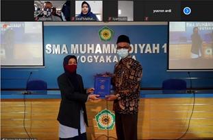 Pisah sambut Kepala SMA Muhammadiyah 1 Yogyakarta yang lama Fitri Sari Sukmawati MPd kepada Kepala yang baru H Drs Hery Nugroho MPd (Yusron Adi/PWMU.CO)