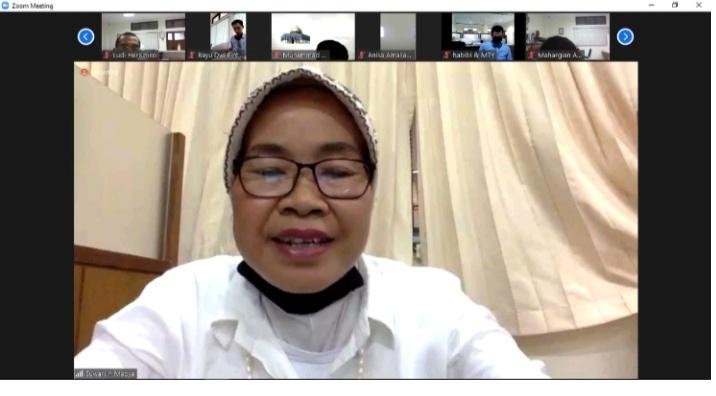 Guru Besar UNY Prof Dra Hj Suwarsih Madya MA PhD saat memberikan Materi Penulisan Penelitian Tindakan Kelas (PTK) bagi guru SMA Muhi Yogyakarta (Yusron Adi Darmawan/PWMU.CO)