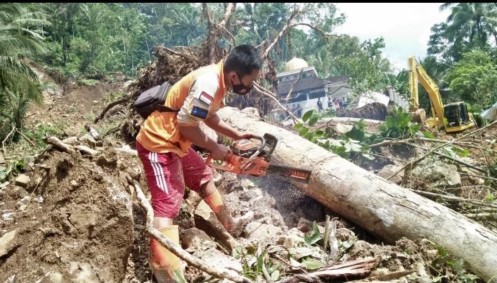 MDMC Pacitan berjibaku bersihkan material longsor. Longsor menimpa Desa Gembuk Kecamatan Kebonagung Kabupaten Pacitan, Ahad (15/11/2020).