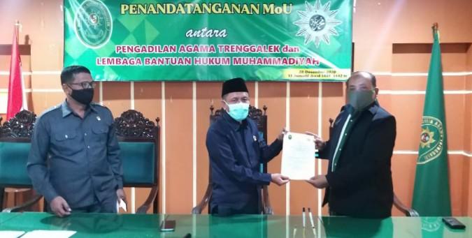 PDM Trenggalek MoU dengan PA Trenggalek dirikan Posbakum. Penandatanganan MoU dilakukan di Media Centre Pengadilan Agama Trenggalek, Senin (28/12/2020).