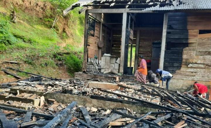 Rumah Mbah Tuminah terbakar, Lazismu-MDMC bantu rehab. Kebakaran rumah yang menimpa warga Dusun Sriten, Desa Gembuk, Kecamatan Kebonagung, Kabupaten Pacitan ini terjadi pada Ahad (15/11/20).