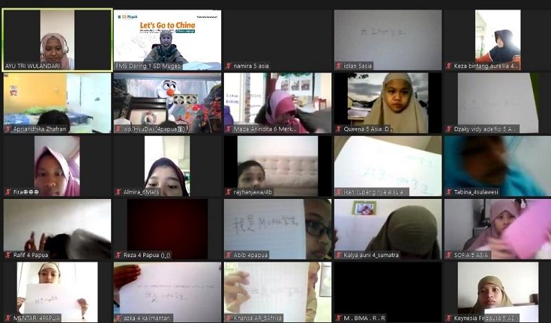 Siswa Mugeb Kelas I-VI belajar tulisan hanzi dalam kegiatan Guest Teacher dengan tema Let's Go to China, Jumat (11/12/20).