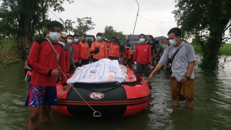 AMM Wringinanom menggalang donasi bantuan dan menyalurkannya sebagai bentuk peduli banjir Gresik Selatan, Rabu (30/12/20).