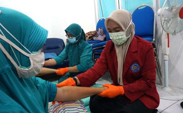 Fikes Umsida latih akupresur. Pelatihan dilaksanakan di Klinik Rawat Inap Aisyiyah Pandaan Kabupaten Pasuruan, Selasa (29/12/2020).