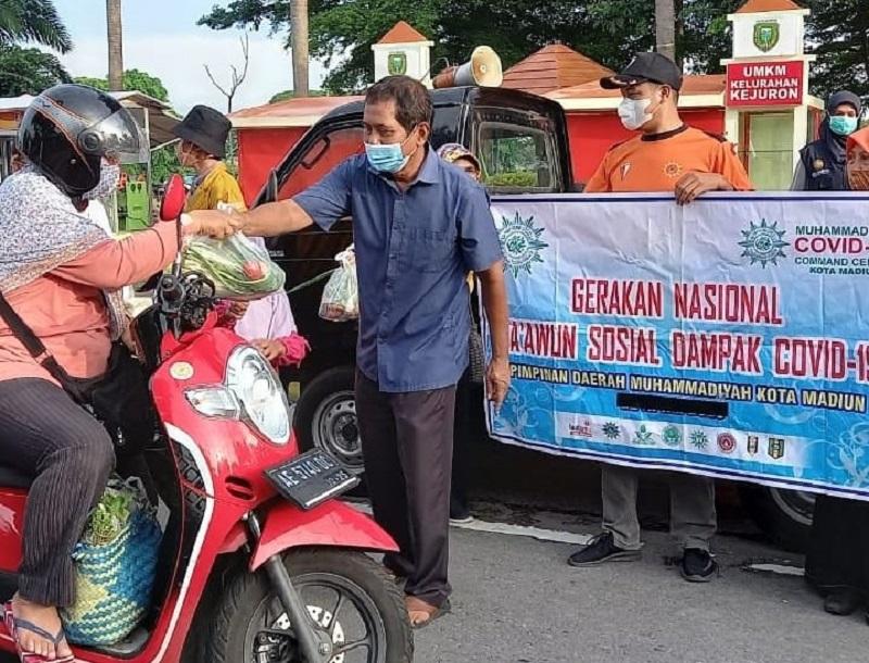 MCCC Madiun membagikan sayuran gratis ke warga di beberapa titik di Kota Madiun, Kamis (07/01/21).
