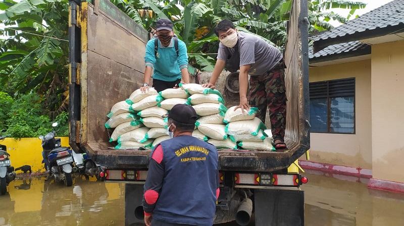 Muhammadiyah membantu warga yang kena musibah banjir di Kalimantan Selatan dengan mengerahkan relawan, Sabtu (16/1/21).
