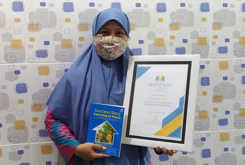 Hikmah pandemi, kontributor PWMU.CO Musyrifah SAg menjadi penulis terbaik antologi Success Story Learning at Home, Kamis (31/12/20).