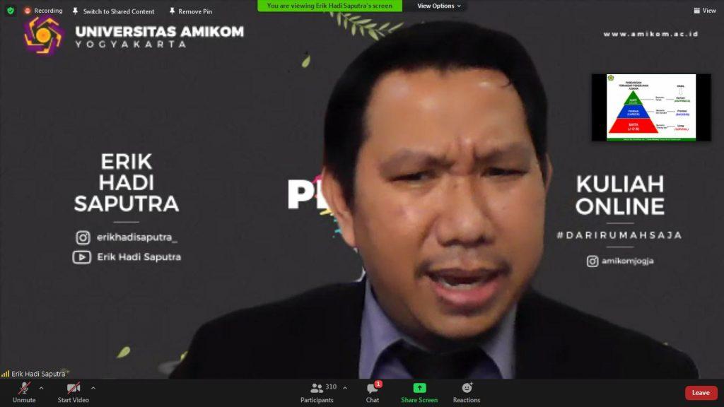 Dosen Universitas Amikom Yogyakarta Erik Hadi Saputra menjadi narasumber dalam seminar parenting SMA Muhi Yogyakarta (Yusron Ardi D/PWMU.CO)