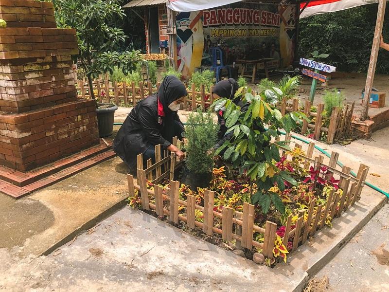 Mahasiswa UMM mem-branding Desa Wisata Singgahan Kecamatan Kebonsari Madiun dengan memperindah tempat wisata Pasar Papringan, Sabtu (6/2/21).
