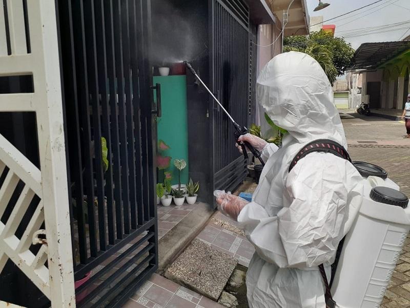 Smadiga semprot disinfektan ke rumah warga yang berada di sekitar lingkungan sekolah, di Perumahan Griya Bungah Asri (Perum GBA), Rabu (3/2/21).