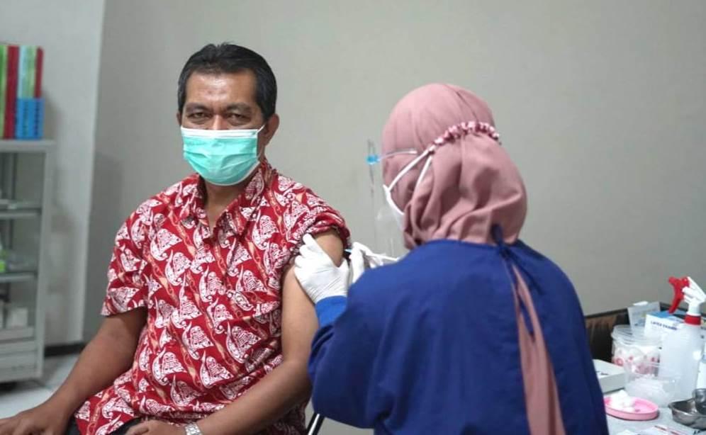 Gandeng Dinkes Malang, UMM lakukan vaksinasi tahap pertama. Sebanyak 300 vaksin diberikan pada dosen-karyawan, Kamis-Sabtu (4-6/3/21).