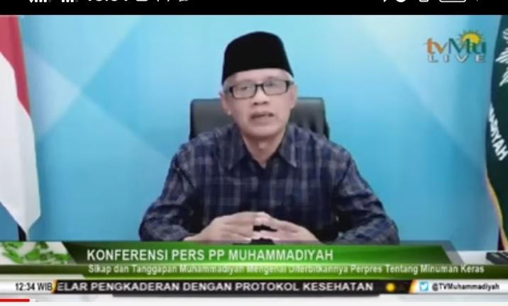 Haedar Nashir saat Konferensi Pers PP Muhammadiyah terkait Perpres Produksi dan Distribusi Miras (Nely Izzatul/PWMU.CO)