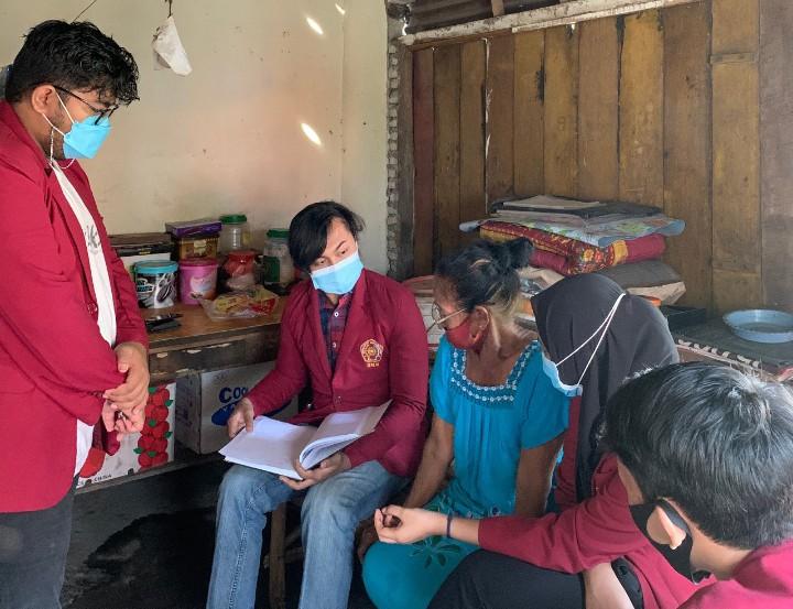 Mahasiswa UMM edukasi pembukuan UMKM kopi bubuk. Hal itu dilakukan di Desa Bendo Kecamatan Ponggok Kabupaten Blitar, Sabtu (13/3/2021).