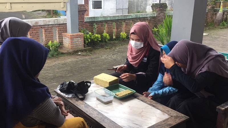 PMM UMM mengajari anak Panti Asuhan Akhlaqul Karimah Malang untuk menanam  benih sayuran secara hidroponik, Senin (8/3/21).