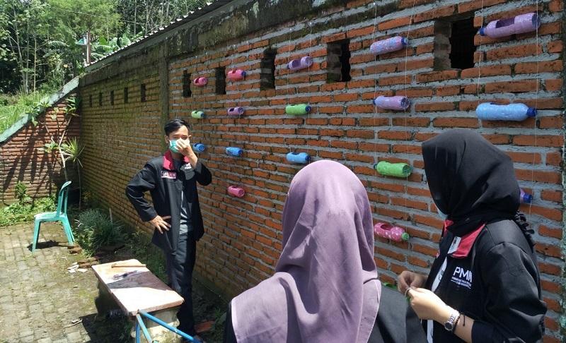 Hiasi dinding pondok, PMM UMM mengajari anak Panti Asuhan Akhaqul Karimah Malang sistem penanaman vertikal garden yang memanfaatkan limbah botol plastik, Selasa (23/3/21).