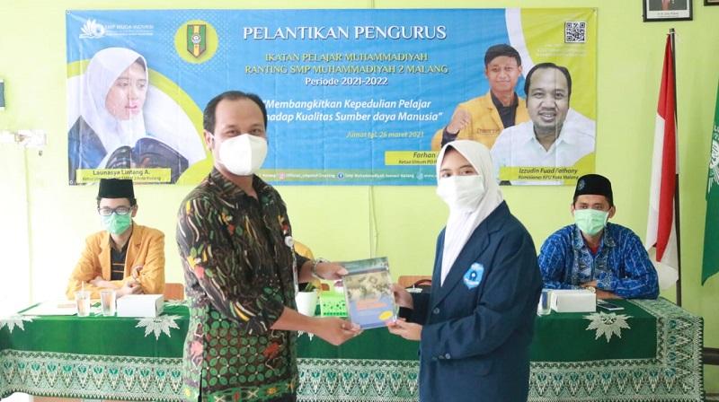 Berorganisasi itu harus gembira dan bahagia disampaikan Izzudin Fuad Fathony dalam acara pelantikan Pimpinan Ranting (PR) Ikatan Pelajar Muhammadiyah (IPM) SMP Muhammadiyah 2 Kota Malang, Jumat (26/3/21).