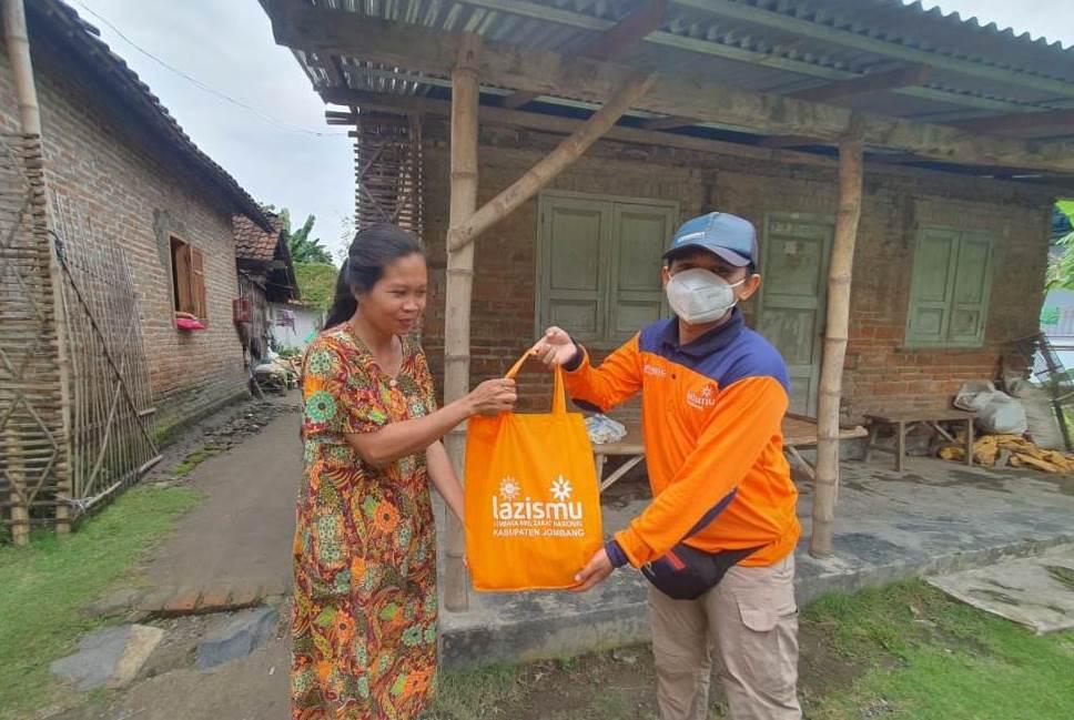 Muhammadiyah Jombang salurkan dua ton telur dan 2.000 paket sembako untuk warga terdampak banjir di beberapa desa, Ahad (28/2/21).