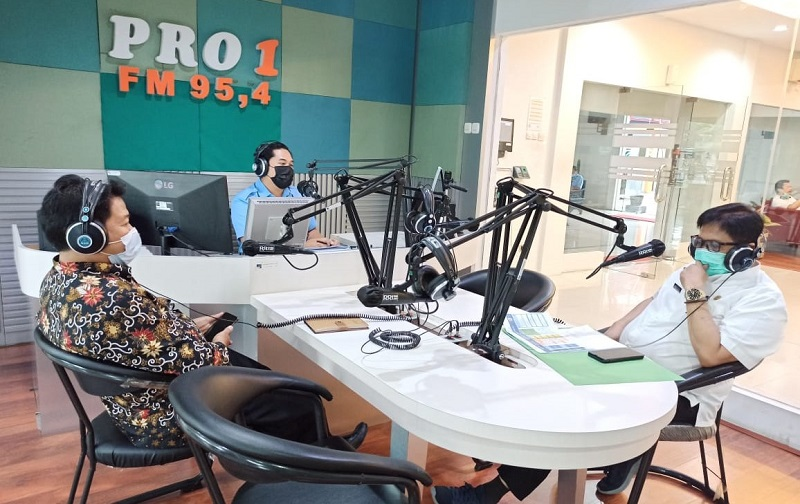 UM Jember mengangkat usaha rakyat di masa pandemi ini disampaikan Rektor Dr Hanafi MPd dalam acara Dialog Interaktif dengan Sekda Jember Ir Mirfano, Rabu (10/3/21).