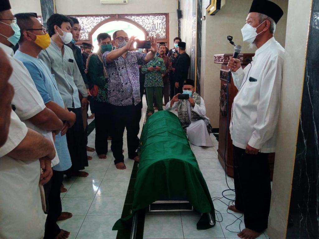 KH Saad Ibrahim, Ketua PWM Jawa Timur ketika melepas jenazah Nadjib Hamid di Masjid al-Badar (Ernam/PWMU.CO)